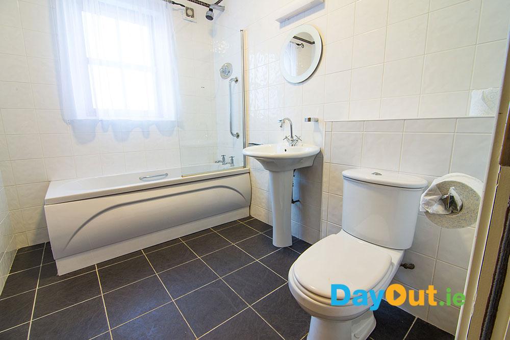 croagh-patrick-hostel-cottages_cottage-bathroom